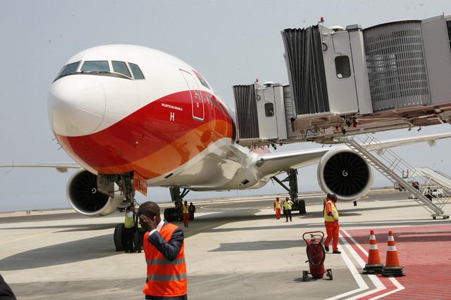 VOO EXPERIMENTAL DA TAAG NO AEROPORTO DE CATUMBELA EM AGOSTO DE 2012 (ARQ. ANGOP)