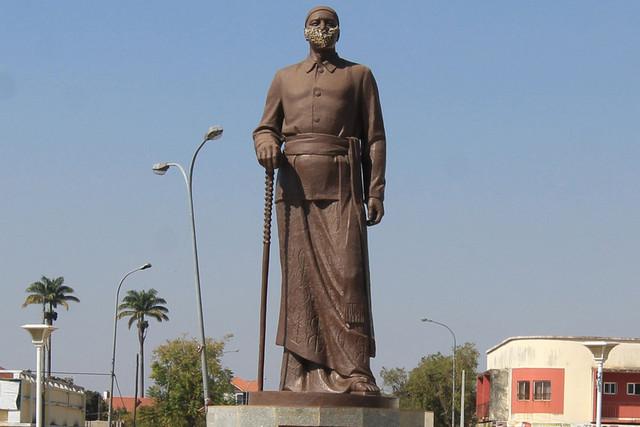 HUAMBO: ESTÁTUA DO REI EKUIKUI II, COM MÁSCARA FACIAL